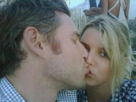 Jessica Simpson'ın Twitter'da paylaştığı Eric Johnson'lı tuhaf öpücüğü.