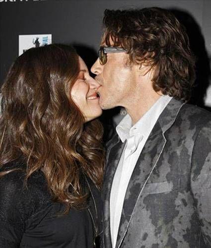 Robert Downey Jr.'ın eşinin ağzını ıskalayıp burnuna yapıştığı sahne.