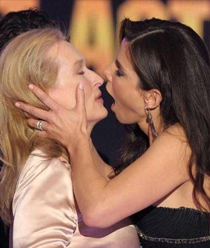 Sandra Bullock, Critics Choice Awards töreninde Meryl Streep'i öperken yakalanan bu kare insanı dehşete düşürmüyor mu?