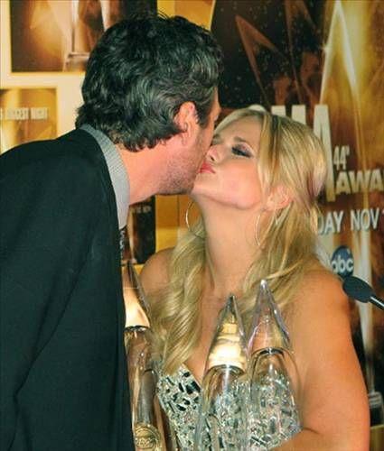 CMA Ödülleri sırasında Miranda Lambert, nişanlısı Blake Shelton'ı öperken...
