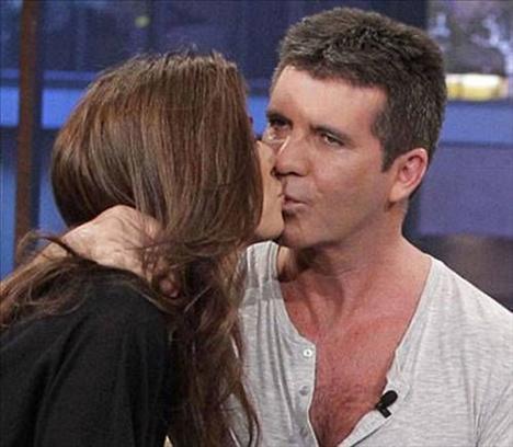 Mezhgan Hussainy, nişanlısı Simon Cowell'i öperken çok da karşılık görememiş gibi...