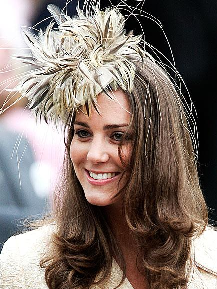 Mayıs 2006'da müstakbel kayınvalidesi Camilla Parker Bowles'un kızının düğününe katılırken giydiği bu tüylü şapka bizim beğenimizi kazandı.
