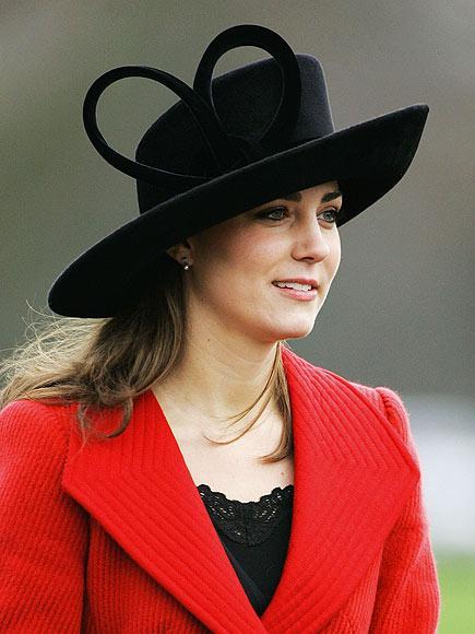 2006 yılında Prens William'ın Askeri Akademi mezuniyetine katılırken giydiği bu şapka, çok elegan görünüyor.