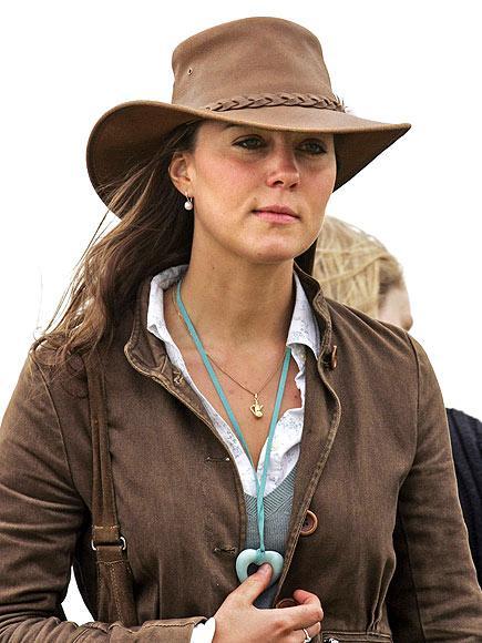 2005 yılında Gatcombe Park Festivali'nde giydiği bu şapkayla çok trendy görünüyor.