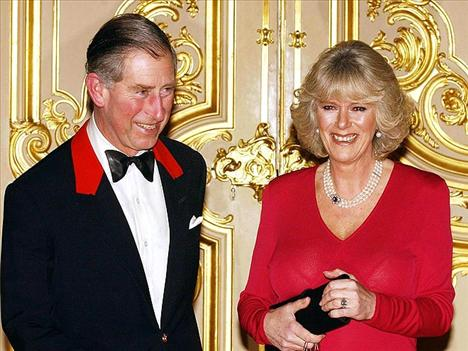 CHARLES & CAMILLA Bu fotoğraf, Camilla Bowles ve Prens Charles'ın nişanlandıktan sonraki ilk etkinliklerinde çekildi.
