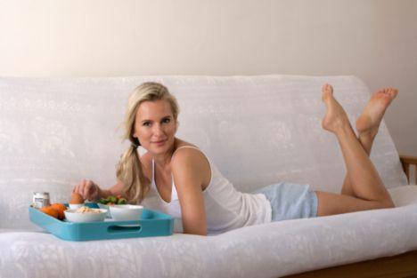 • Pilates öncesi, karbonhidrat ve proteinden zengin dengeli bir menü tüketilmelidir. Karbonhidrat olarak beyaz şeker, beyaz un, pirinç gibi kan şekerini hızlı yükselten karbonhidratlar tüketilmemelidir. Bunların yerine çavdar, tam buğday ve yulaf ekmekleri veya bulgur pilavı tercih edilebilir. Protein açısından zengin olan et, tavuk veya balığın ise az yağlı olanları ızgara da pişirilmiş olarak tercih edilebilir ya da et, tavuk ve balık yerine peynir ve yumurta tercih edilebilir.