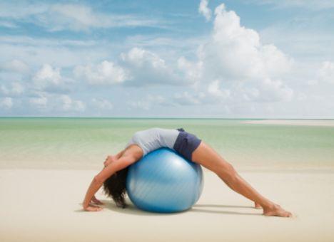 • Pilates; yüzme, koşu, yürüyüş, tenis gibi yüksek oranda kalori yakmayı sağlayan sporlardan değildir. Enerji yakmaktan çok vücut kaslarının çalıştırılmasını ve güçlenmesini amaçlar.   Bu nedenle pilates yapanların çok yüksek kalori almaları uygun değildir, kilo almalarına yol açabilir. Kilolarını korumak isteyen pilates severlerin yeterli ve dengeli beslenmesi, kilo vermek isteyen pilates severlerin ise diyetisyen tarafından kişiye özel hazırlanmış bir zayıflama beslenme programı uygulaması uygundur.