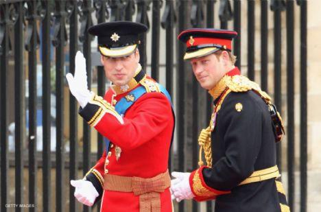 Prens William törenin yapılacağı Wbminster Abbey'e kardeşi ve aynı zamanda sağdıcı olab Prens Harry ile geldi.