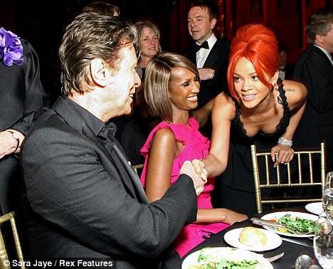 Katıldığı yardım yemeğinde elbisesiyle  bakışları üzerinde toplayan şarkıcı Rihanna, paparazzileri peşinde koşturdu.