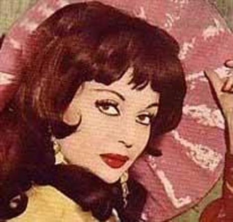 Yeşilçam'ın bir dönemine damga vuran en güzel kadınlardan biri olan Sayar, özel hayatıyla da hep ilgi çekti.  Özellikle de Muzaffer Tema ile yaşadığı çalkantılı ilişki dönemin magazin basınının gündemindeydi. 20'ye yakın filmde başrol paylaşan ikili sonunda evlendi.   Ancak, Tema çapkınlıklarından bir türlü vazgeçmeyinde işler de beklenildiği gibi gitmedi. Sonunda çift ayrıldı.   Tema, ABD'ye giderek şansını Hollywood'da denemek istedi. Ancak istediğini elde edemeyip geri döndü. Bu arada Leyla Sayar da kendine bambaşka bir yol çizmişti.