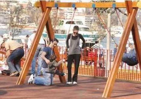 Eşi ve oğluyla parklarda oynuyor. Bir zamanlar magazin basınını peşinden koşturan bir ünlü olması dışında milyonlarca anneden hiçbir farkı yok.