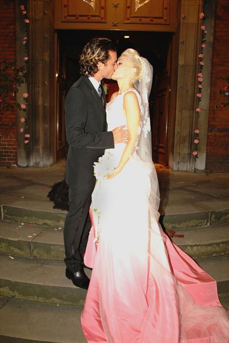 Punk Prensesi Gween Stefani Gavin Rossdale ile evlenirken John Galliano tarafından özel olarak tasarlanan bir gelinlik giymişti.
