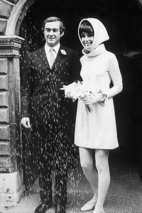 1969'da İtalyan doktor Andrea Dotti ile olan ikinci evliliğinde Audrey Hepburn beyaz mini bir elbise giymeyi tercih etmişti.