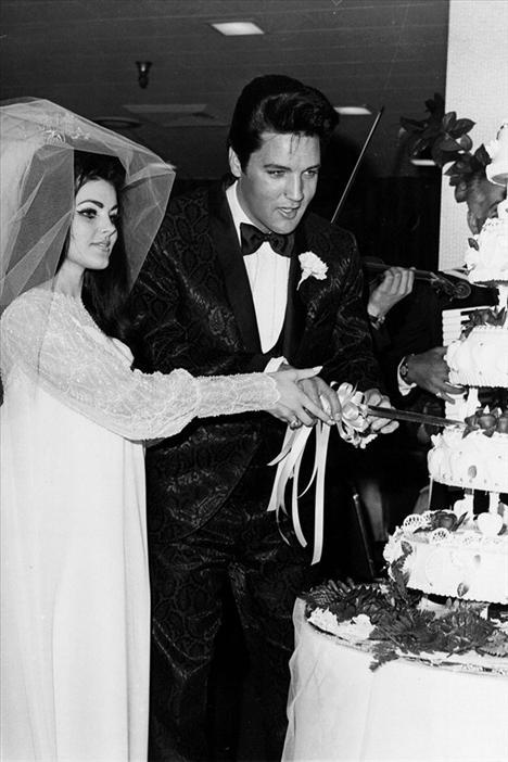 Elvis ve Priscila'nın Las Vegas'taki düğününde Priscila şifon ve incilerden oluşan bir gelinlik giymişti.