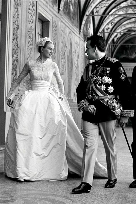Grace Kelly 1956'da Prince Rainier ile evlenirken giydiği açık pembe dantel ve tafta gelinlik daha sonra Kate Middleton dahil olmak üzere bir çok geline ilham kaynağı oldu.