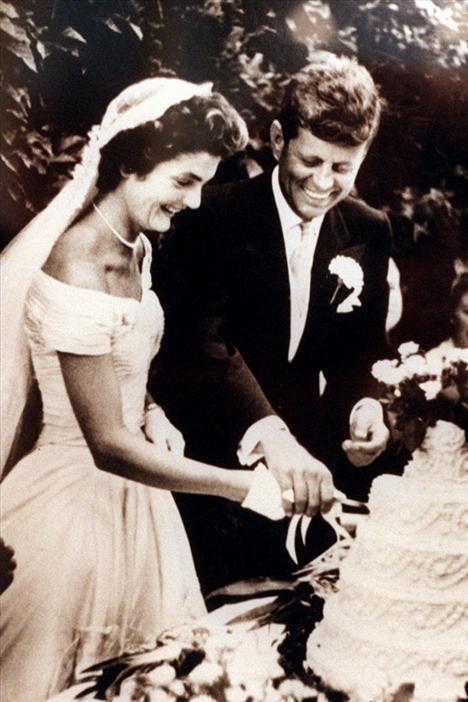 John F. Kennedy ve Jacqueline Bouvier'in evlilikleri 1953 yılının en büyük sosyal olaylarından biri olarak kabul ediliyor. Rhode Island'daki seremoniye 1200'e yakın davetli katılmıştı.