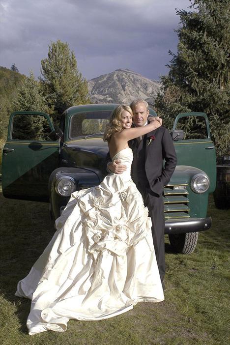 Kevin Costner ve tasarımcı Christine Baumgartner'in düğünü aktör'ün Aspen'deki çiftliğinde yapıldı. Bizde bu düğün fotoğrafı da çok hoş ve orijinal.