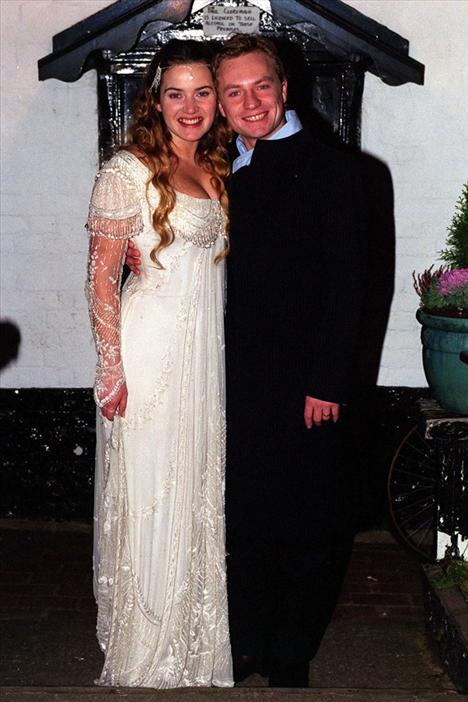 Kate Winslett Jamie Threapleton ile yaptığı ilk evliliğinde Alexander McQueen tasarımı bir gelinlik giymişti.