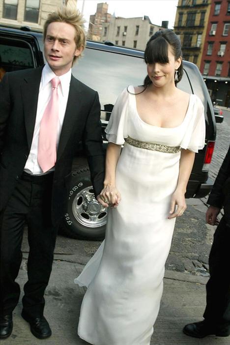 Yüzüklerin Efendisi filminin yıldızı Liv Tyler, rockcı sevgilisi Royston Langdon ile evlenirken Alexander McQueen tasarımı bir gelinlik giymişti.