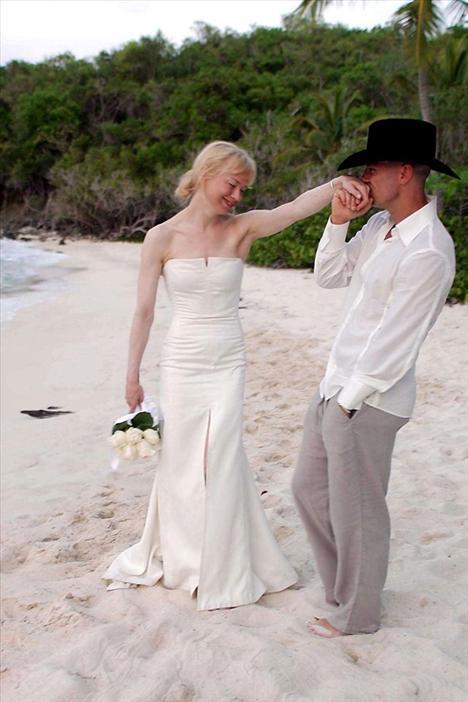 Renee Zellweger Kenny Chesney ile bir plaj düğünüyle evlenmişti. 2005 yılındaki düğünde Rellweger Carolina Herrera tasarımı beyaz bir gelinlik giymişti.