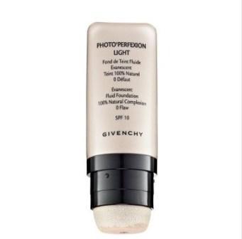 Photo Perfexion Foundation Light, Givenchy Ciltte, kadife yumuşaklığında bir hissin peşinde olanlar için birebir. Kusurları gizleyerek ciltte aydınlık, transparan ve doğal bir görünüm sağlıyor. 96 TL