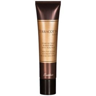 Terracota Skin, Guerlain Efsanevi Terracota serisinin bu fondöteni cilt tonunu eşitliyor ve dokusuz, maskemsi bir etki yaratmadan çekici ve doğal bir bronzluk sağlıyor.  123 TL
