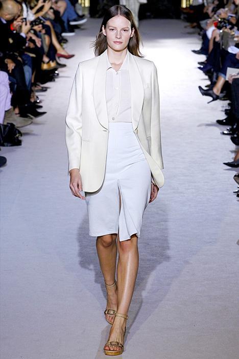 Kimden ilham aldık: Stella McCartney Neyini Beğendik: Stella McCartey'in tasarladığı bu blazer ceket kalçalara kadar iniyor ve biraz da bol görünüyor. Böyle bir ceketi hayatınızın her döneminde giyebilirsiniz. Eğer ömür boyu kullanabileceğiniz bir ceket istiyorsanız, siyah veya beyaz renkleri tercih edin.
