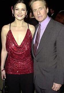 Zeta-Jones'un hamileliği sırasında güzel yıldızdan uzaklaşıp başka bir kadınla yakınlaştığı ileri sürülmüştü.