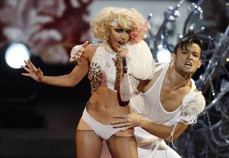 Lady Gaga  Şimdi uçaktan indim. CNN izliyorum. Nefrete karşı savaşta ne kadar tarihi bir an.
