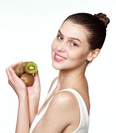 Kivi   C vitamini ve Beta-karoten açısından zengindir. C vitamini elastikiyet ve cilt sıkılığından sorumlu  kolajen üretimini uyarır. Doku onarımı ve çevre kirliliğden korunma için gereklidir.  Beta-karoten, cildi güzelliştirir. Her kahvaltıda bir adet kivi yemelisiniz.