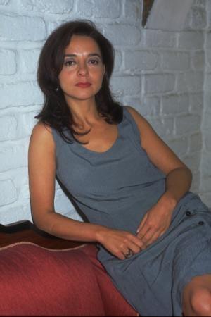 Tiyatro deneyimi de olan Gencer'i TV seyircisi Şaşıfelek Çıkmazı'ndaki rolüyle tanıdı.