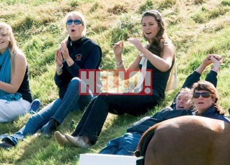 Kate Middleton, Prens William'ın Beaufort Polo Club'da yaptığı polo maçını heyecanla izliyor.