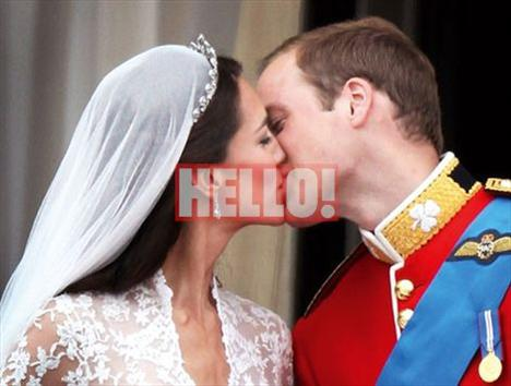 Prens William ve Cambridge Düşesi Catherine Middleton, Buckingham Sarayı'na gelişlerinden bir buçuk saat sonra balkona çıkarak halkı selamladılar.