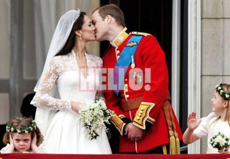 """Halkı selamlayan yeni evli çifti izleyen binlerce kişi """"William & Kate sizi seviyoruz"""" pankartları açtı."""