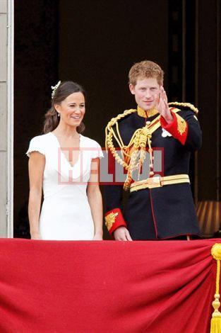 İngiliz Kraliyet aile mensuplarının olduğu Buckingham Sarayı'nın balkonunda, gelinin ailesinden annesi Carole ve babası Michael'ın yanı sıra kardeşleri Pippa Middleton ve James Middleton da vardı.