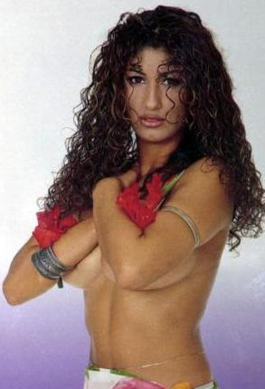 Nadide Sultan   Aslında şarkıcıydı ama iri göğüsleriyle magazin gündemine damgasını vurdu.