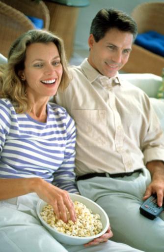 AKŞAMLARI ATIŞTIRMAYI SEVER MİSİNİZ? Akşam atıştırmaları çok sevilen ara öğündür. Kahvaltı ile öğle yemeği arasında pek açlık hissetmeyiz. Öğleden sonra vazgeçilmez beş çayımız vardır. Bir de akşam yemeyi  yedikten sonra yine çayın veya kahvenin yanına eklenen abur cuburlar. Televizyonda sevdiğimiz diziye kendimizi kaptırmışken, çok heyecanlı bir film izlerken, ders çalışırken, sohbet ederken... Bir şeyler atıştırarak keyif aldığınız anlar ne kadar çoğalırsa işiniz o kadar zor demektir. Özellikle sevdiğiniz aktiviteleri azaltmadan sürdürmeniz, fakat bunların yanındaki abur cubur miktarını da özellikle azaltmanız gerekiyor. Akşam atıştırmalarını önlemek için;