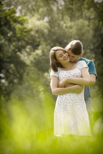 Boğa aşkta ne arar?  Boğa, güvenebileceği biriyle uzun vadeli bir ilişki ister. Onun için dış görünüş de önemlidir ama espri anlayışı ve iyimser tavırlar daha önemlidir. Sevgilisinin gözü sadece onu görsün ister.   Ön planda olmayı seven, kendisiyle övünen insanlardan nefret eder. Boğa, yumuşak başlı ve ayakları yere basan özgün bir kişilik arar.