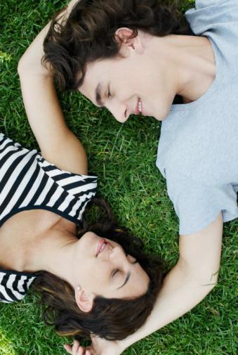İkizler aşkta ne arar?  Hem eğlenceli bir sevgili hem de yakın dost ister. İyi bir dinleyici ve akıllı aşık olmalısınız. Zeka kulübü üyesi olmanız gerekmez ama en azından mantıklı bir tartışmayı sonuna kadar götürebilmelisiniz.   İkizler, her koşula uyum sağlayan, son dakikada program değiştirdiğinde kızmayan, kendisini olduğu gibi kabul eden birini arar. Dışa dönük ve ilk adımı atmaktan çekinmeyen insanlardan hoşlanır. Eğer randevusuna geç kalırsa kızmayın ve bunu gurur meselesi yapmayın. O daima geç kalır, programınızı ona göre planlayın.