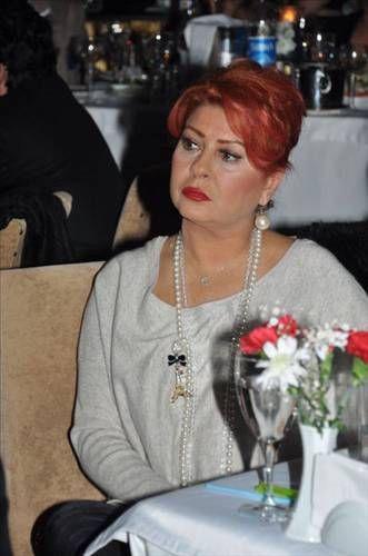 Ünlü şarkıcı Yeliz küpeyi sadece gündüzleri takmıyor, gece yatarken bile mutlaka kulağında küpe olması gerekiyor.