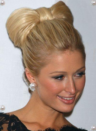 Paris Hilton fiyonk şeklindeki topuzuyla marjinalliğini ispatlamış