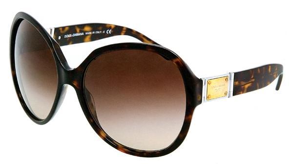 Güneş gözlüğü, hazır yaza girerken anneniz için kullanışlı bir hediye olacaktır...  Dolce & Gabbana (461 TL)