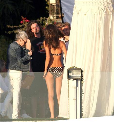 Adriana Lima ve Alesandra Ambrosio, Victoria's Secret kataloğu için objektif karşısında poz verirken paparazziler de ardı ardına deklanşöre bastı.