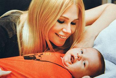 """Seçkin Piriler ve Hakan Baba: Kaan Tangöze  Annelik hikayesi: Seçkin Piriler'in, Türkiye'nin en ünlü rock yıldızlarından Kaan Tangöze ile evlenmesi çok konuşuldu. Piriler düğün sırasında hamileydi. Hakan geçen yılın eylül ayında dünyaya geldi.  Ünlü sözü: """"Babasına çok aşığım, oğluna nasıl olmam ki."""""""