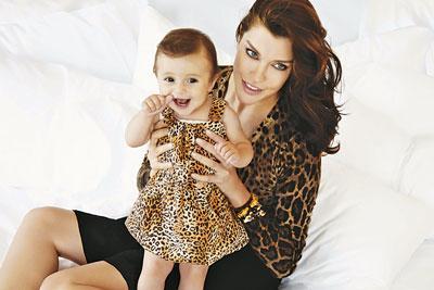 Deniz Akkaya ve Ayşe Baba: Efe Önbilgin  Annelik hikayesi: Sevgilisi Efe Önbilgin'den hamile kaldıktan sonra, Aralık 2009'da Ayşe'yi ABD'de doğurdu. Hamilelik süresince Önbilgin'in bebeği istemediği, Akkaya'nın buna rağmen kararından vazgeçmediği haberlerini okuduk. Hatta doğumdan sonra Önbilgin'in nüfus cüzdanı çıkarmadığı yazıldı. Çift çocuklarının doğumundan sonra da fırtınalı günler yaşayıp ayrıldı.