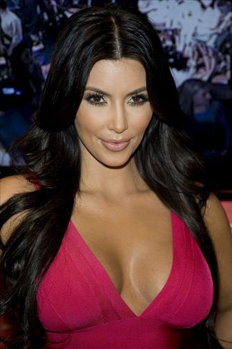 Kim Kardashian, kıvrımlarını çok sevdiğini ve hiçbir zaman sıfır beden kadınlara özenmediğini açıklamıştı.