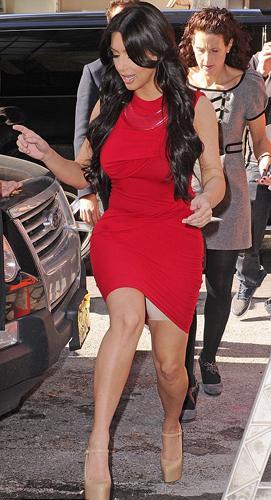 """Formunu korumak için elinden gelenin fazlasını da yapsa Kardashian da kimi zaman daha güzel görünmek için"""" küçük hilelere"""" başvuruyor."""