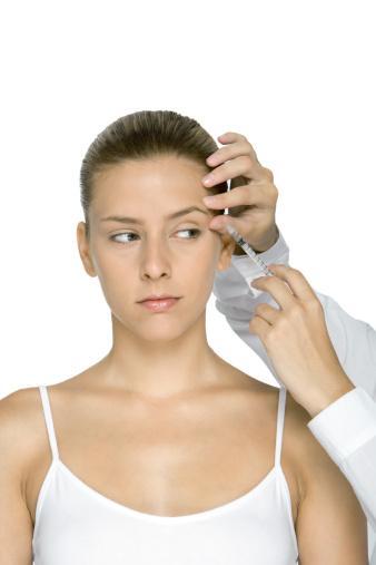 Botoks - Hem damat hem de gelinler göz çevresindeki belirgin kırışıklık çizgileri için başvuruyor. Koltukaltı , el ve ayak terlemesi için de en etkili çözüm botoks.