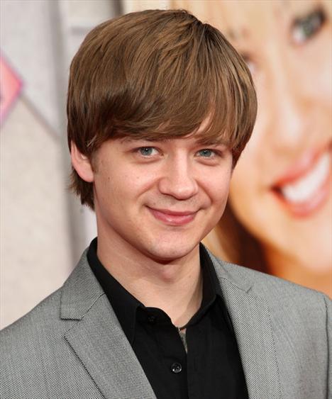 'Hannah Montana'nın erkek kardeşini oynayan Jason Earls 34 yaşında.