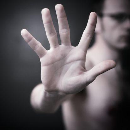 Hoşlandığınız erkek bir türlü size açılamıyor, bu durum da sizi çileden çıkartmaya başladı. Ona dair bazı öğrenmek istedikleriniz var. Hiç tasalanmayın, o farkına bile varmadan incelediğiniz 9 ipucu tüm merak ettiklerinizi açığa çıkaracak... Hem de o farkına bile varmadan!   1- YÜZÜK PARMAĞI DİĞERLERİNDEN UZUNSA  Yüzük parmağı diğer parmaklarından uzun olan erkeklerin hem spor hem de sayılarla arası gayet iyidir. Ancak aynı şeyi dans etme yeteneği konusunda söylememiz ne yazık ki çok zor.  Kalp krizi geçirme riski olması da dikkat etmeniz gereken önemli bir unsur!